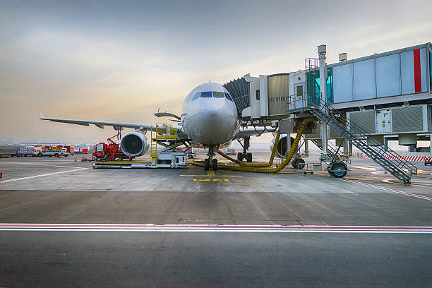 Reproducido jet avión en el aeropuerto de Dubai - foto de stock