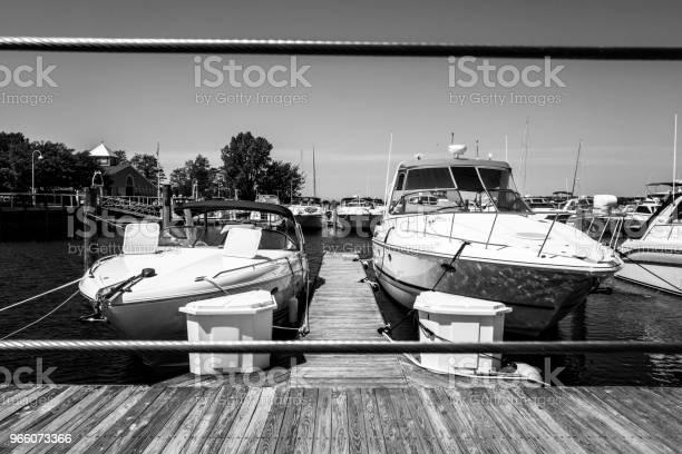 Angedockte Schnellboote Stockfoto und mehr Bilder von Anlegestelle