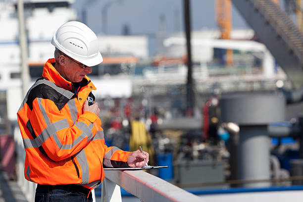 Dockworker giving instructions foto