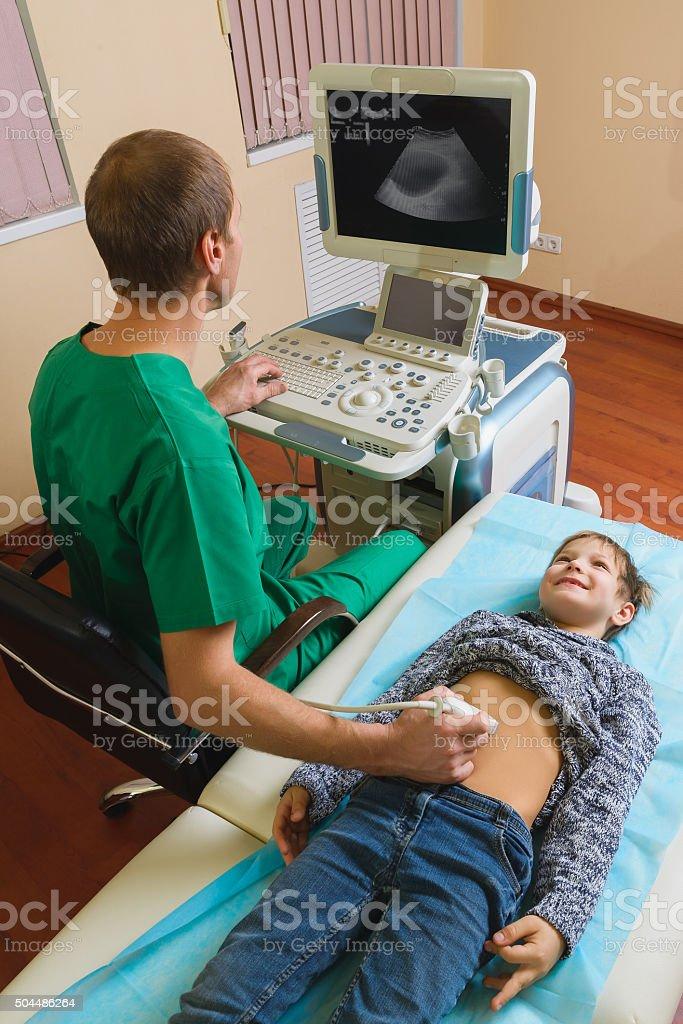 Arzt Analysieren Jungen Patient Mit Bauch Ultraschalluntersuchung ...