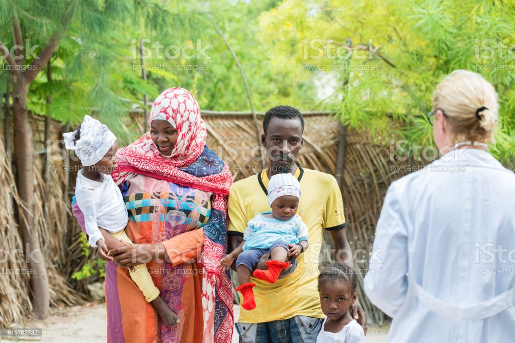 Doctor and African family - foto stock