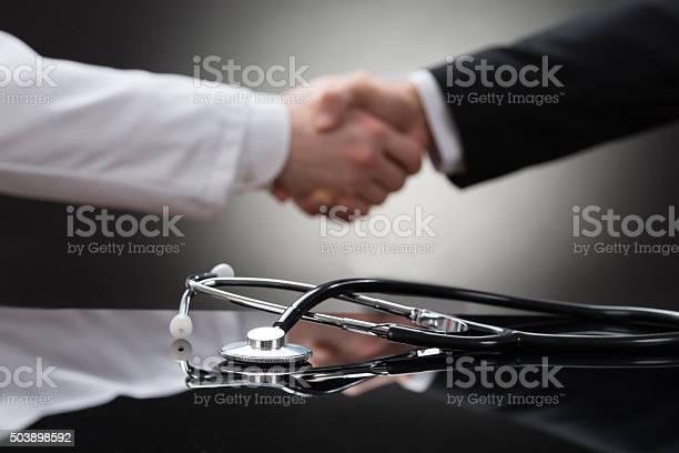 Arzt Und Geschäftsmann Hand Schütteln Stockfoto und mehr Bilder von Abmachung