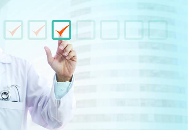 arzt und gesundheit checkliste - zeckenmittel stock-fotos und bilder