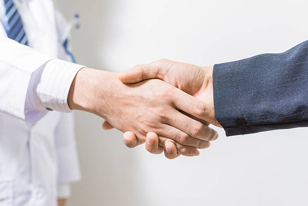 doctor and her lawyer shaking hands – Foto