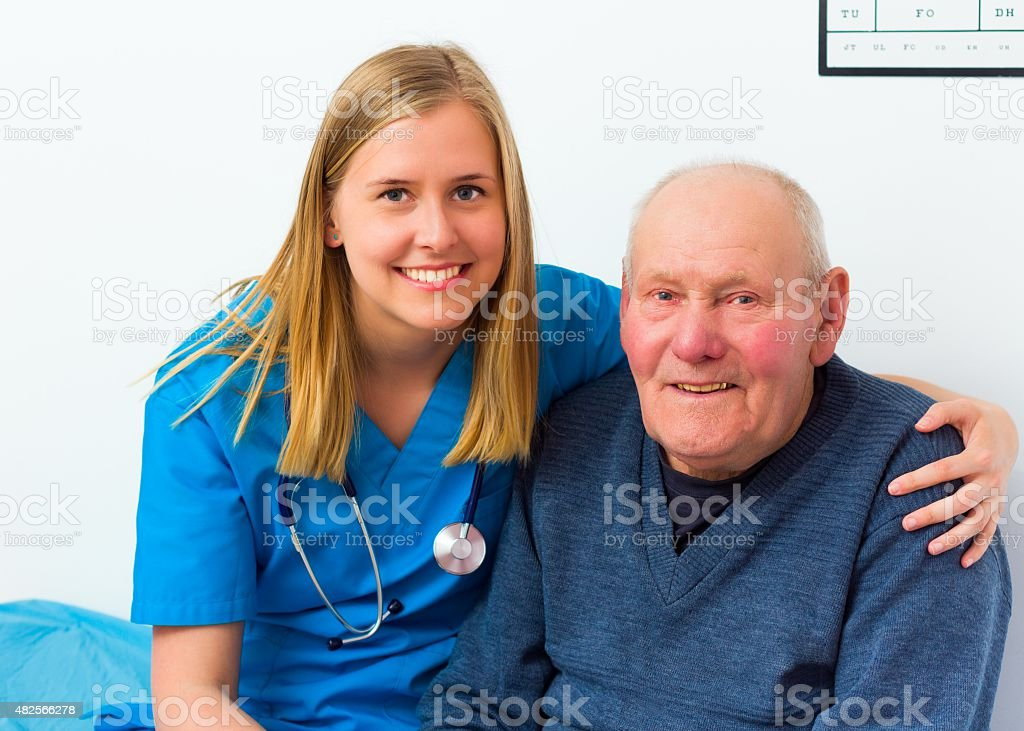 Arzt und seine schönen älteren Patienten – Foto