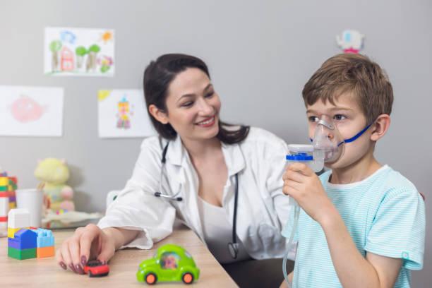 läkare och kid på barnläkare klinik - andningssystem bildbanksfoton och bilder