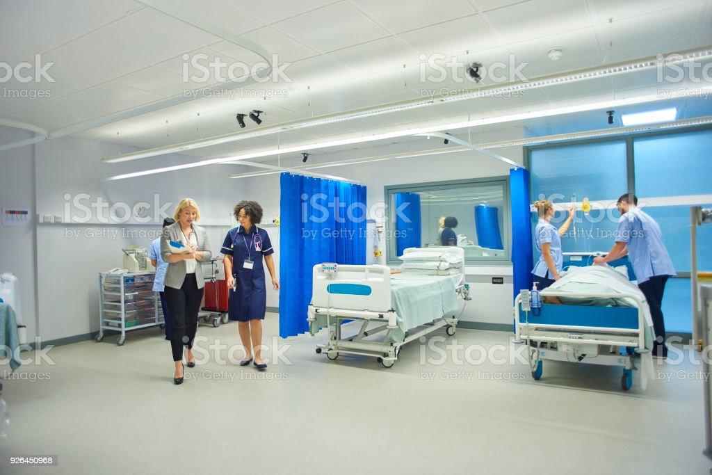 Arzt und Krankenschwester Überprüfung Notizen – Foto