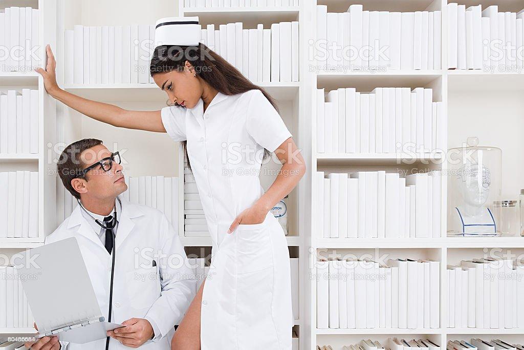 Ein Arzt und Krankenschwester Angesicht zu Angesicht Lizenzfreies stock-foto
