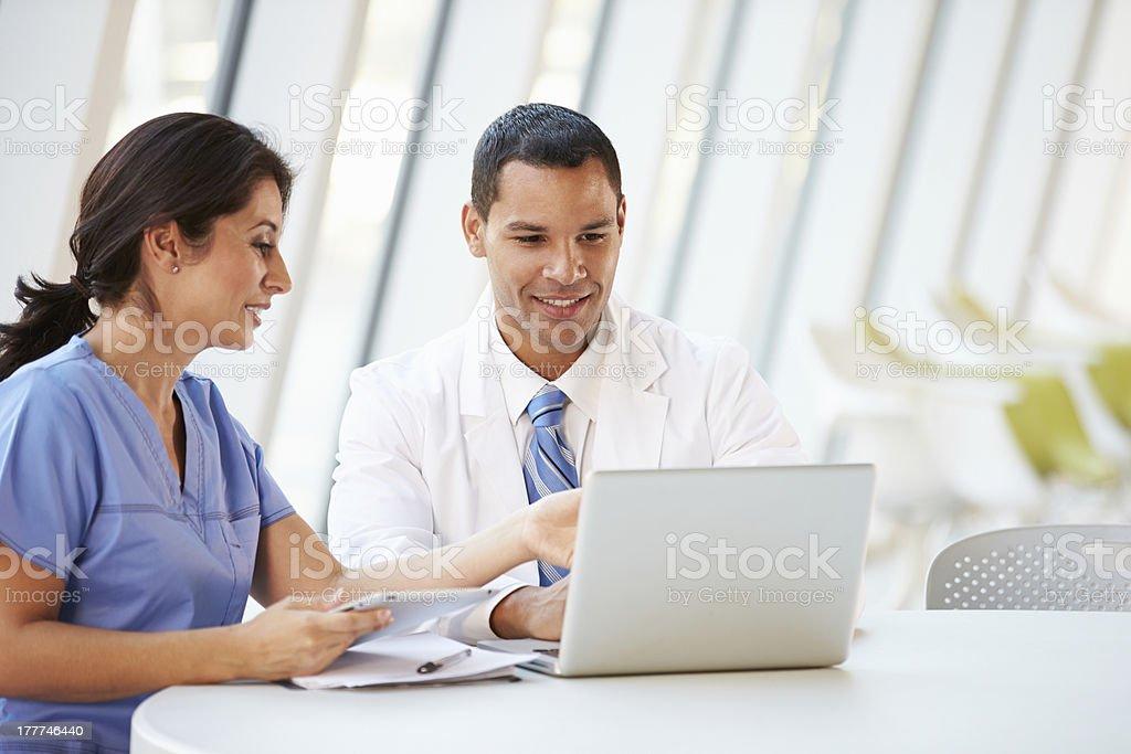 Arzt und Krankenschwester mit informellen Treffen im Krankenhaus-Kantine – Foto