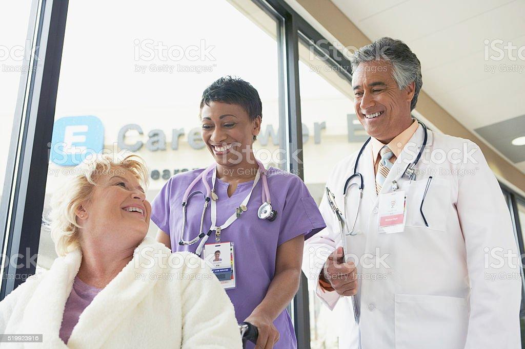 Médico y enfermera con el paciente - foto de stock