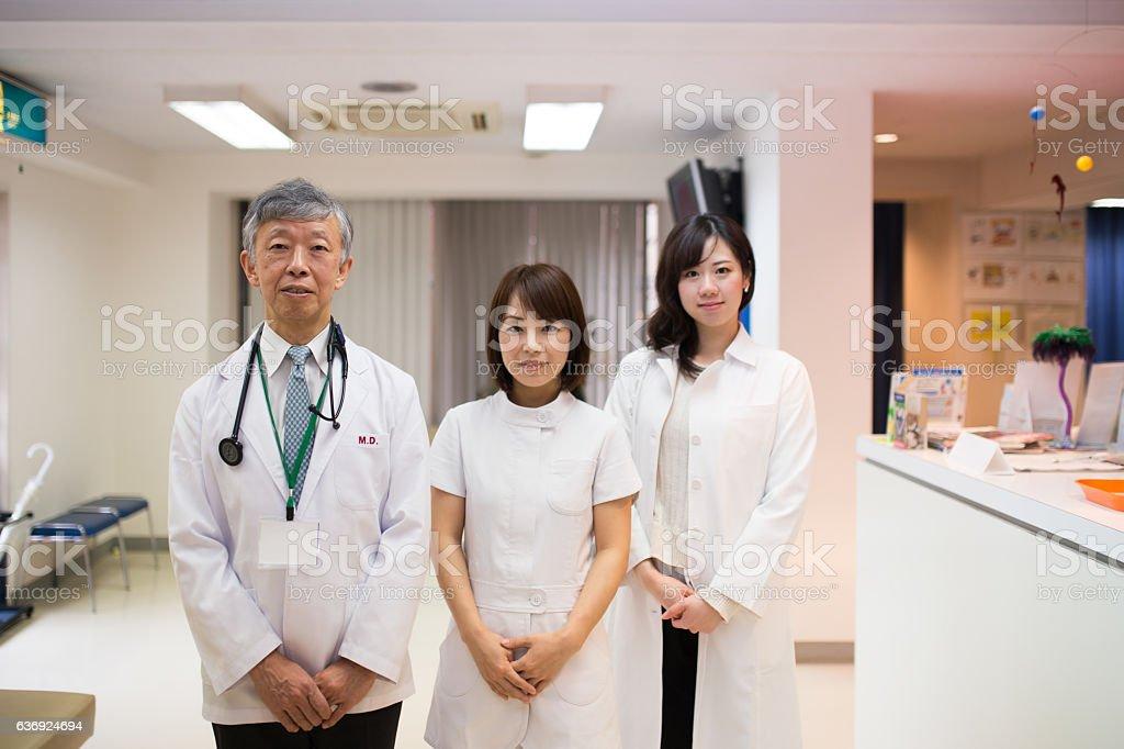 医師や看護師に立つ病院 - 3人のロイヤリティフリーストックフォト