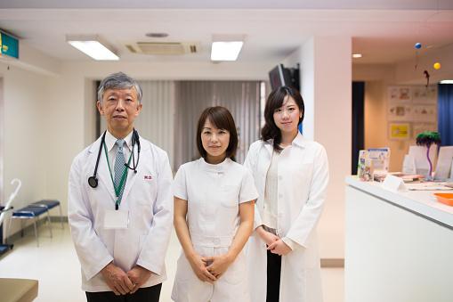 医師や看護師に立つ病院 - 3人のストックフォトや画像を多数ご用意