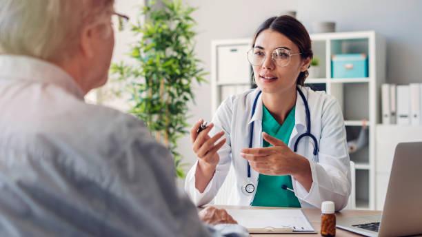 Arzt und Patient diskutieren in Klinik – Foto