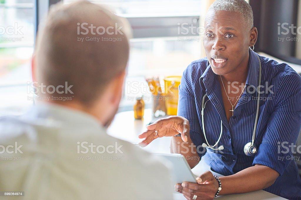 Médico y el paciente  - foto de stock
