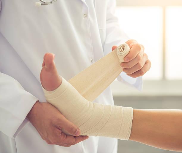 medico e paziente  - caviglia foto e immagini stock