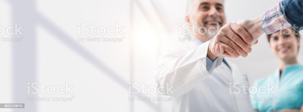 Médico y paciente estrechándose las manos foto de stock libre de derechos