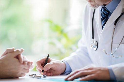 Läkare Och Patient Anteckningar I Kirurgi-foton och fler bilder på Allmänläkare