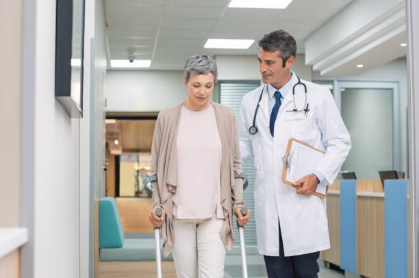 医師と患者と松葉杖 ストックフォト