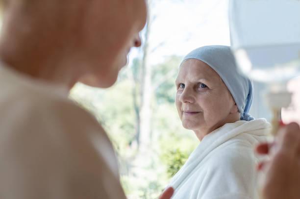 arzt und senior patienten mit unheilbaren krankheit im krankenhaus - onkologie stock-fotos und bilder