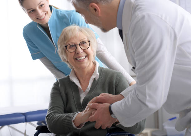 Arzt und lächelnde Senioren schütteln die Hände im Büro vor dem Besuch, Gesundheitswesen und Assistenzkonzept – Foto