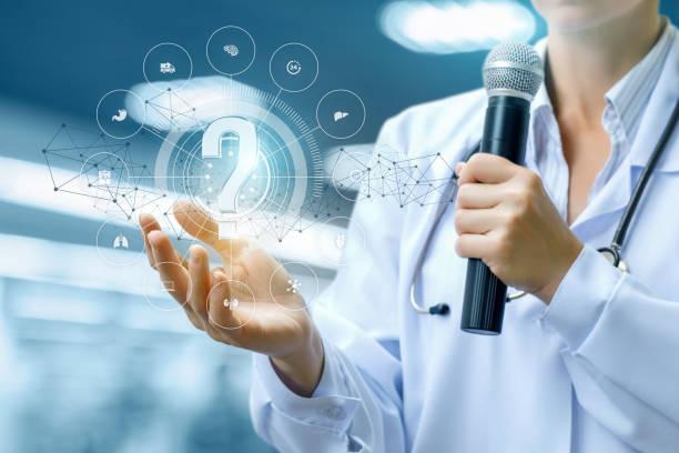 Arzt beantwortet die Fragen mit einem Mikrofon. – Foto