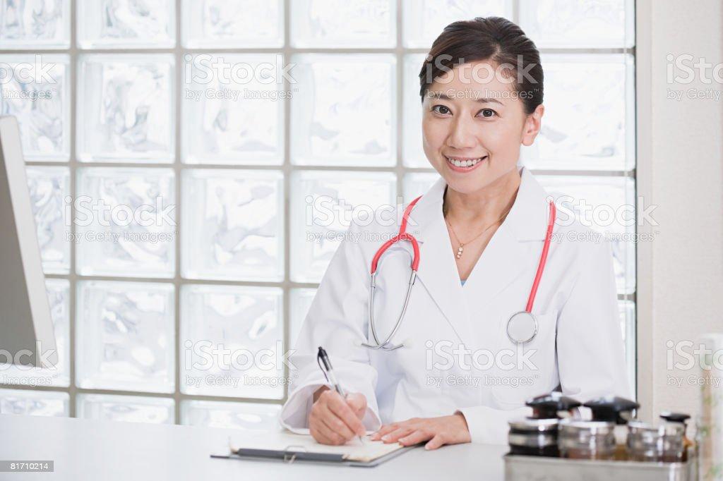 Médico na mesa foto de stock royalty-free