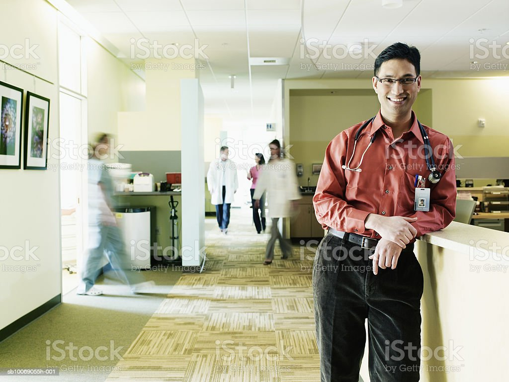 Doctor at reception desk smiling, portrait (blurred motion) foto royalty-free