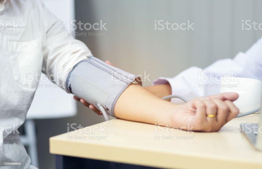 Arzt überprüft Blutdruck des Patienten, selektiven Fokus, Gesundheitsversorgung in Klinik – Foto