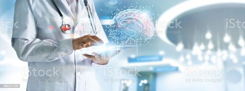 Arzt, die Überprüfung des Gehirns Testergebnis mit Computer-Interface, innovative Technik in Wissenschaft und Medizin-Konzept Lizenzfreies stock-foto