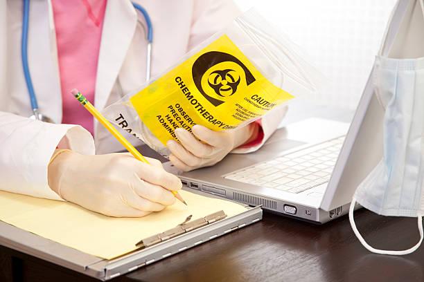 arzt, die medikamente. krebs, leukämie patienten medizin. laptop. - chemotherapie stock-fotos und bilder