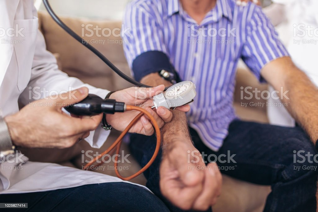 Arzt Greis Patienten arterielle Blutdruck überprüfen. Health Care. - Lizenzfrei Alt Stock-Foto