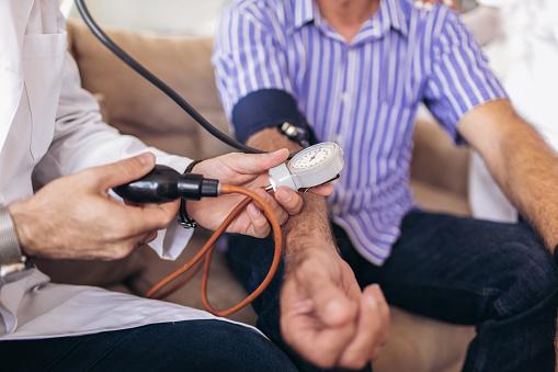 Arzt Greis Patienten Arterielle Blutdruck Überprüfen Health Care Stockfoto und mehr Bilder von Alt