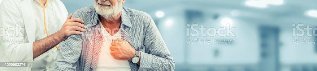 Arzt überprüft die Gesundheit des Patienten im Krankenhaus Büro. – Foto