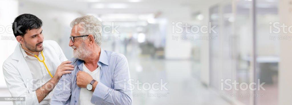 Arzt überprüft die Gesundheit des Patienten im Krankenhaus Büro. - Lizenzfrei Alter Erwachsener Stock-Foto