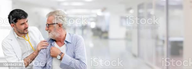 Arzt Überprüft Die Gesundheit Des Patienten Im Krankenhaus Büro Stockfoto und mehr Bilder von Alter Erwachsener