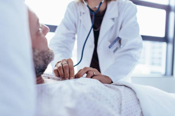 docteur en vérifiant le patient cardiaque - rythme cardiaque photos et images de collection