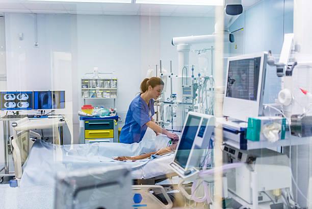 doctor checking patient - ventilator bed stockfoto's en -beelden