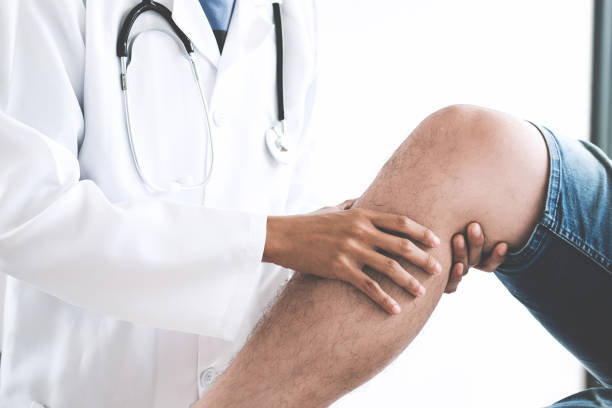 Doctor checking patient with knees to determine the cause of illness Doctor checking patient with knees to determine the cause of illness. sports medicine stock pictures, royalty-free photos & images
