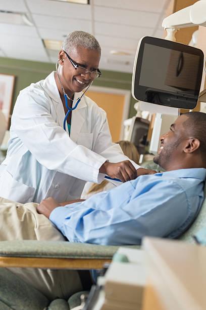Doctor checking pulse of paitent in hospital blood donation lab picture id531349655?b=1&k=6&m=531349655&s=612x612&w=0&h=nvnyelsvpkmaq2objciio3wa4zakwnywagh9i1qenwa=