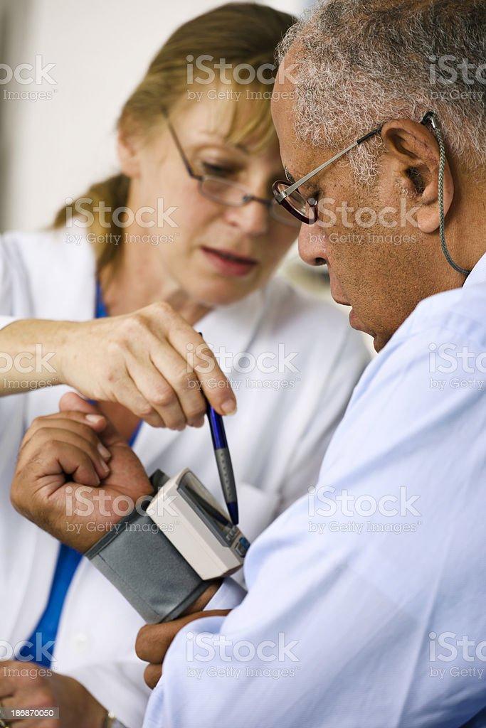 Arzt prüfen den Blutdruck von Patienten Ihrer – Foto