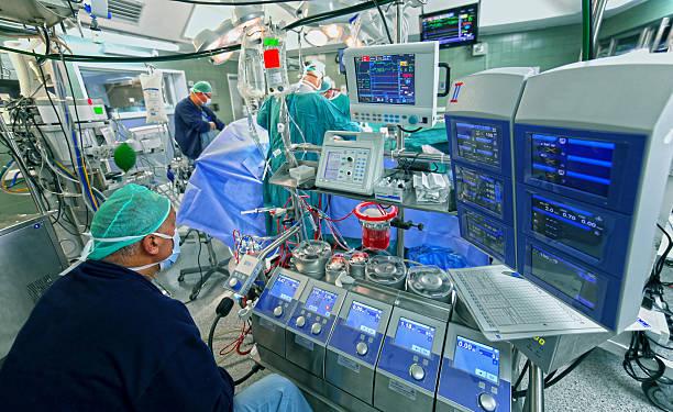 Arzt überprüft die Daten von cardiopulmonary bypass machine – Foto