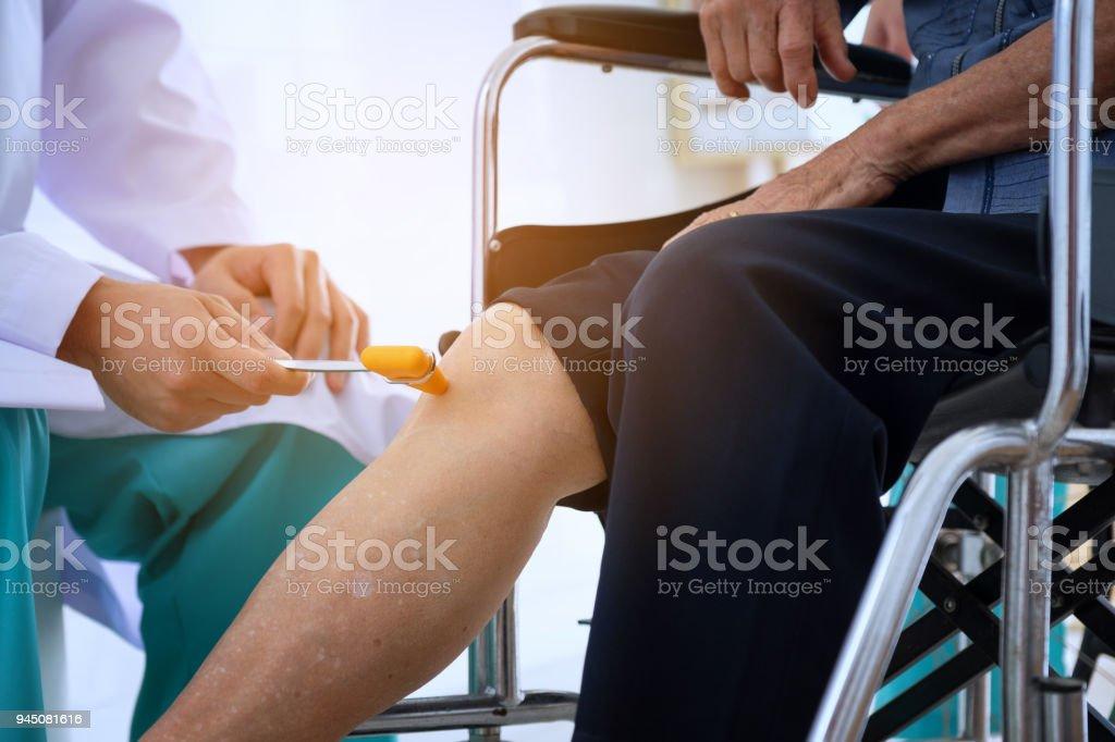 Arzt überprüft der Patient Reflexe. Neurologe Hammer klopfen Kniephänomen, medizinische Geräte für die körperliche Untersuchung – Foto