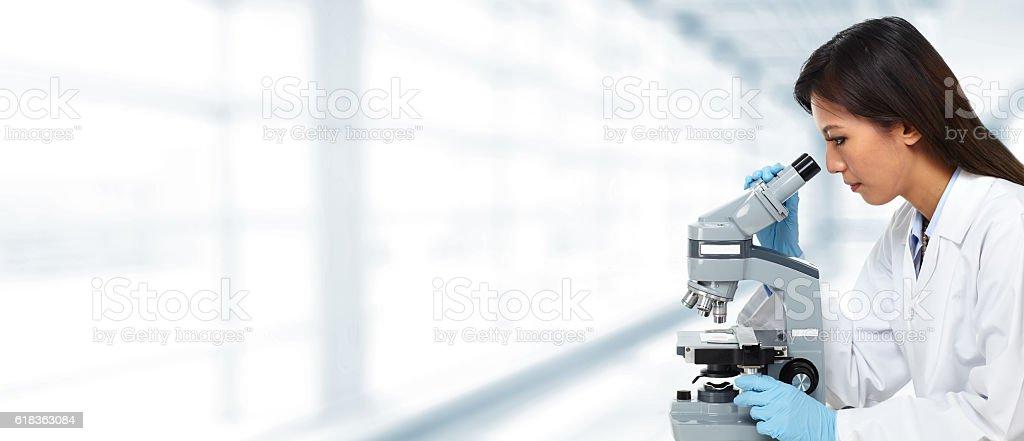 Arzt chinesische Frau mit Mikroskop. - Lizenzfrei Ausrüstung und Geräte Stock-Foto