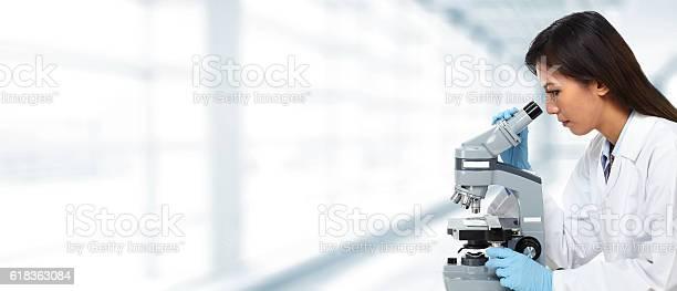 Arzt Chinesische Frau Mit Mikroskop Stockfoto und mehr Bilder von Ausrüstung und Geräte