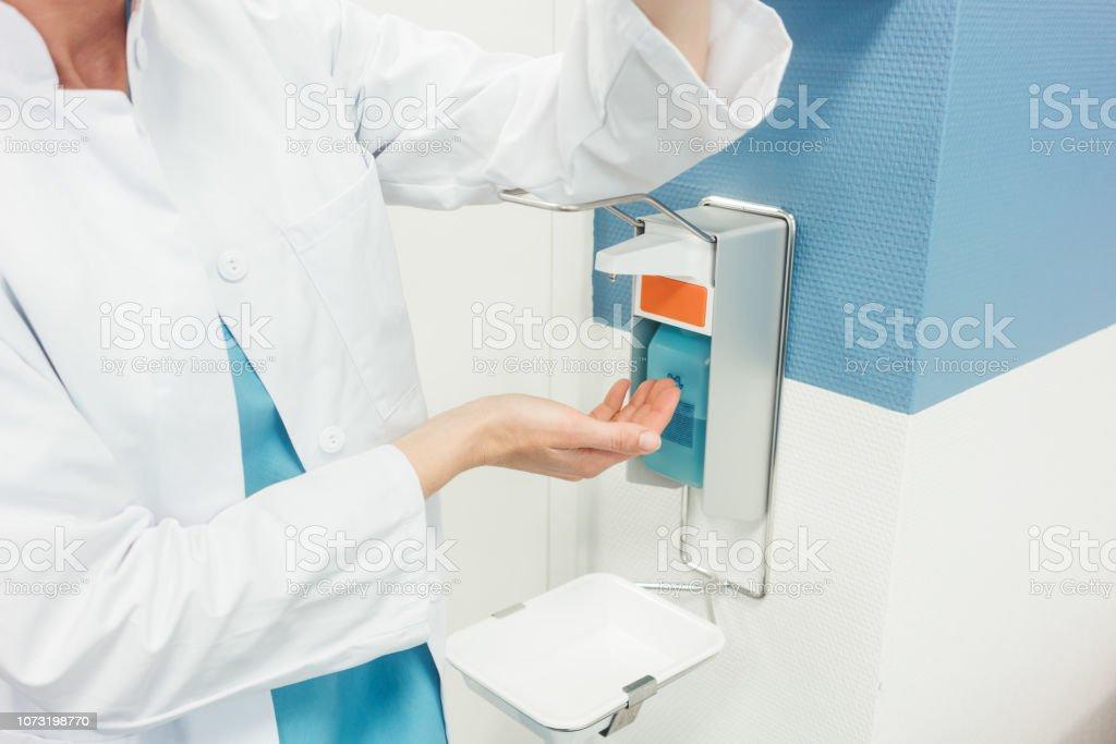 Arzt, Reinigung und Desinfektion der Hände im Krankenhaus - Lizenzfrei Desinfizierung Stock-Foto