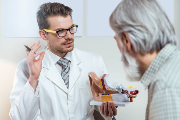 Ärztin Beratende Patientin über Taubheit – Foto