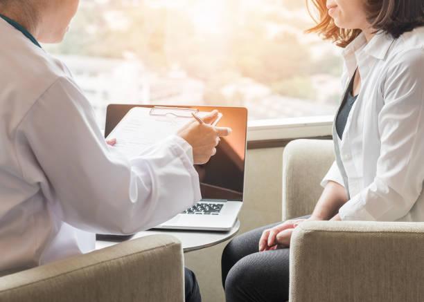 arzt (geburtshelfer, frauenarzt oder psychiater) beratung und diagnostischen untersuchung patientin der frau die geburtshilflich - gynäkologische gesundheit in medizinische klinik oder ein krankenhaus-medizinischen service-center - symptome brustkrebs stock-fotos und bilder