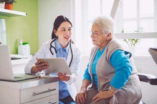 Arzt Beratung Ihrer Patientin Stockfoto und mehr Bilder von 70-79 Jahre