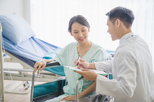 Doctor with patient in clinic consulting — Stock Photo