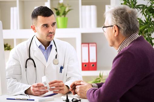 Médico De Consulta Paciente Con Medicamentos Fármacos Foto de ...